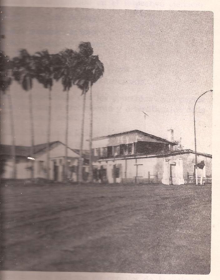 2- Imagen del segundo y tercer edificio que tuvo el HOSPITAL CLARA- luego Noé Yarcho, el más antiguo es el de la parte de atrás de la imagen, REEMPLAZÒ AL  viejo hospital de chapas y fue ubicado en el centro del pueblo.