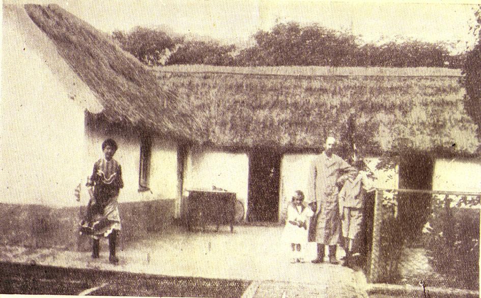 Sajaroff junto a sus hijos en un descanso de su tarea de carpintero (él mismo fabricaba los muebles).