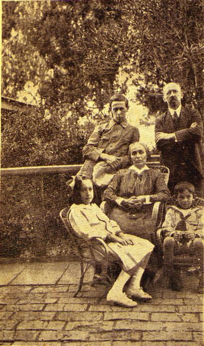 Miguel Sajaroff junto a su esposa e hijos en el  jardín de su chacra.