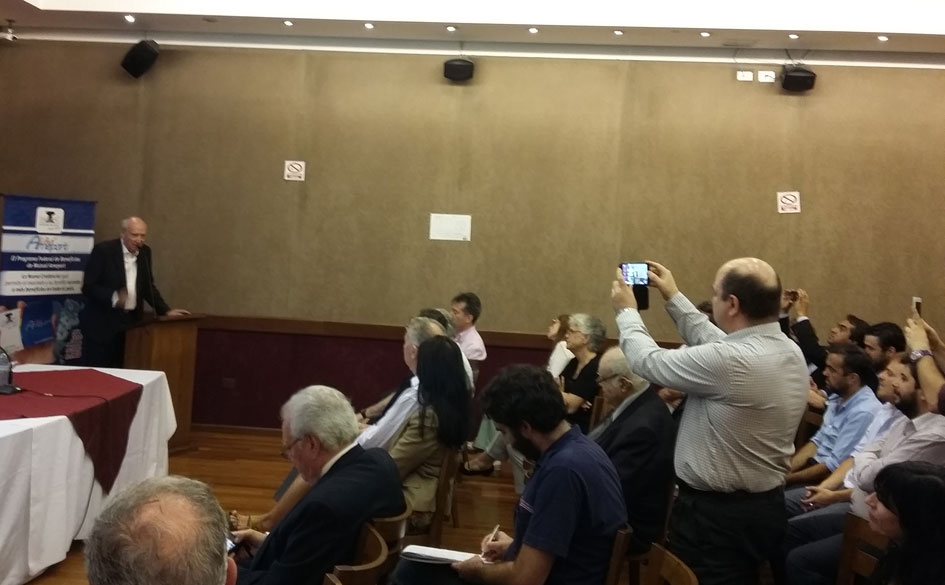 Jorge Caimi durante el último tramo de la presentación de su obra.